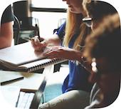 Groupe de réflexion écrivant un business plan