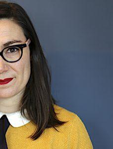 Profil portrait Madame Pitch - lunettes - contactez