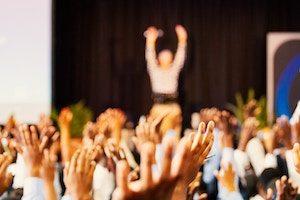 Foule levant les mains - préparez votre conférence