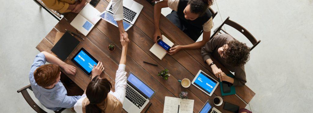 Réunion de travail autour d'une table. Négociation réussie